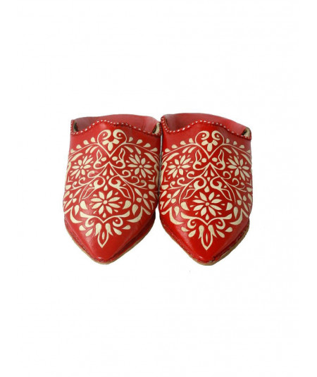 Leather slipper engraved with patterns