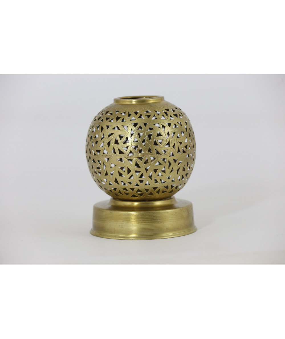 Small round candle holder in gold